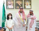 فيصل بن خالد يستقبل طفلة متعافية من السرطان